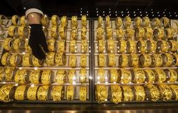 Giá vàng thế giới tiếp tục tăng vọt, hồi hộp chờ đợi tin từ nước Mỹ