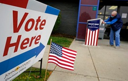 Mỹ: Một nhân viên bầu cử Mỹ mắc COVID-19 vẫn tới điểm kiểm phiếu