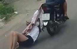 Tên cướp kéo lê cô gái hàng trăm mét trên đường phố