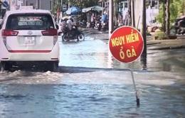 Ngập kéo dài, nhiều tuyến đường ở Cà Mau hư hỏng nghiêm trọng