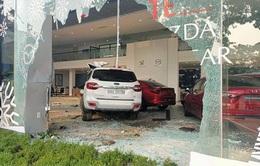 Nữ tài xế mất lái tông thẳng vào trong showroom ô tô, 1 người nguy kịch