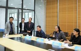 Chủ tịch LHTHTQ lần thứ 40 gặp mặt Ban giám khảo tại phòng chấm thi