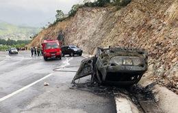 Đâm vào vách núi, xe Mazda cháy trơ khung