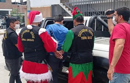 Hóa trang thành ông già Noel để… bắt tội phạm