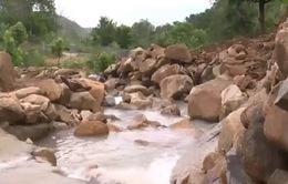Phát sinh nhiều nguy hiểm khi đi lại vùng ngập lụt