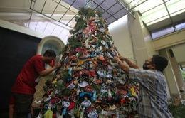 Nhà thờ ở Indonesia trang trí cây thông Noel bằng khẩu trang và nước sát khuẩn tay
