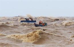 Huy động tàu thuyền tìm kiếm hai nhân viên hải đăng bị sóng cuốn mất tích
