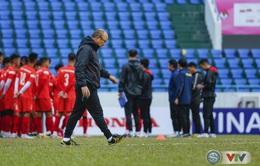 HLV Park Hang Seo lo lắng về mặt sân Cẩm Phả