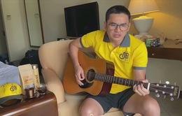 Kiatisuk đàn hát bằng tiếng Việt trong khu cách ly
