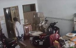 Kẻ cướp táo tợn xông vào nhà, xịt hơi cay cướp tài sản tại TP Hồ Chí Minh