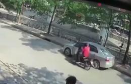 Tài xế mở cửa ô tô bất cẩn, hất văng người đi xe máy xuống gầm xe tải