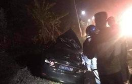 Xe 4 chỗ lao vào xe container khiến 4 người thương vong