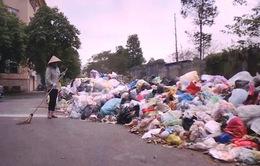 Rác thải lại chất đống trên nhiều tuyến phố Hà Nội vì công nhân đình công