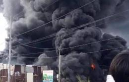 Cháy xưởng làm đồ trang trí Noel, khói đen bốc cao hàng chục mét