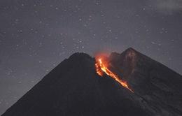 """Núi lửa Merapi ở Indonesia lại bất ngờ '""""thức giấc""""', khói bụi bốc cao 2km"""