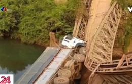 Gia Lai: Sập cầu sắt, tài xế may mắn thoát chết