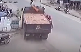Tránh ô tô sang đường, xe tải suýt gây tai nạn