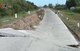 Đường đê phòng hộ biển Tây ở Cà Mau bị sụt lún nghiêm trọng