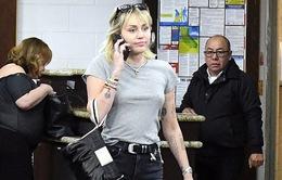 Miley Cyrus tung tăng trên phố sau khi hoàn tất thủ tục ly hôn với chồng cũ