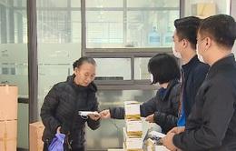 Phát khẩu trang miễn phí cho khách đi xe bus