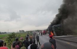 Cháy xe ô tô chở hàng trên đường tránh thành phố Vinh, ách tắc giao thông kéo dài