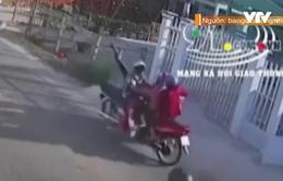 Xe máy chạy ngược chiều tông xe đối diện, 3 người bất tỉnh
