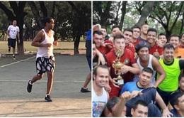 Ronaldinho trổ tài chơi bóng trong tù, giành phần thưởng là 1 chú lợn