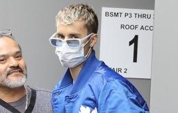 Justin Bieber đeo khẩu trang đến trung tâm y tế