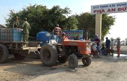 Quân khu 9 chở nước ngọt cho người dân vùng hạn mặn