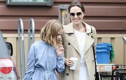 Angelina Jolie vui vẻ đi mua sắm với con gái út