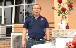 HLV Park Hang Seo tham gia thử thách rửa tay đúng cách