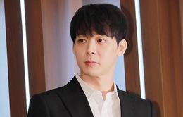 Khẳng định không trở lại giới giải trí nhưng Park Yoochun lại tung sách ảnh