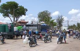 Những tài xế chở nước về vùng hạn Tiền Giang
