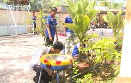 Lắp bồn rửa tay cho trường học từ vật dụng tái chế