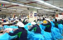 Tập trung sản xuất trang phục phòng dịch COVID-19
