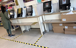 Siêu thị Anh hạn chế số lượng khách hàng, đảm bảo an toàn cho người dân