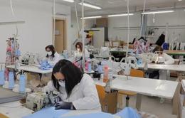 Các nhà mốt nổi tiếng lấn sân lĩnh vực sản xuất đồ bảo hộ y tế