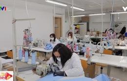 Hàng loạt hãng thời trang chuyển sang sản xuất khẩu trang