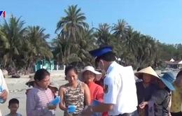 Phát khẩu trang và nước rửa tay miễn phí cho người dân Tiền Giang