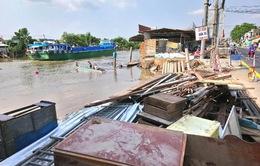 Sạt lở bờ sông ở Cần Thơ, 5 hộ dân phải di dời khẩn cấp
