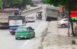 Xe ben suýt gây tai nạn do không làm chủ tốc độ