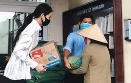 Hoa hậu Hoàn vũ Việt Nam Khánh Vân trao 200 phần quà cho người dân tại TP.HCM