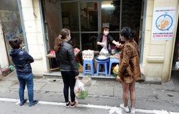 Chợ dân sinh giữa lòng phố cổ kẻ vạch giữ khoảng cách giữa người bán và người mua