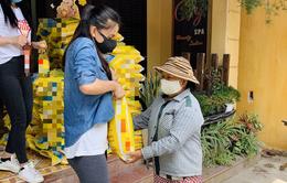 Hoa hậu Tiểu Vy trao tặng 1 tấn gạo cho người nghèo tại Hội An