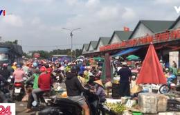 Người dân, tiểu thương chen lấn mua bán tại chợ đầu mối vùng ven TP.HCM
