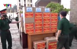 Quân khu 5 trao tặng cho quân đội Lào dụng cụ chống dịch
