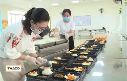 Thầy cô giáo tình nguyện nấu cơm phục vụ khu cách ly