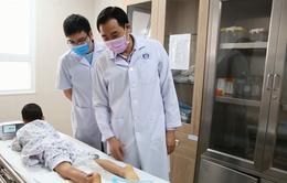 Phẫu thuật cho trẻ mất da gót chân khi ngồi sau xe đạp