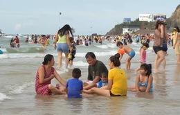 Bãi biển Vũng Tàu đông nghịt người, hầu hết không đeo khẩu trang