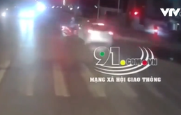Vượt đèn đỏ, ô tô con đâm trúng người phụ nữ đi xe máy